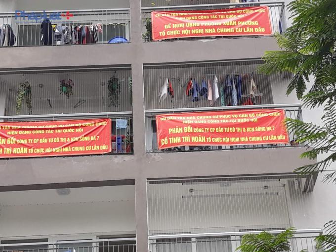 Cư dân tại Chung cư Xuân Phương Quốc Hội treo băng rôn phản đối vì cho rằng chủ đầu tư né tránh, chậm trễ trong việc tổ chức hội nghị nhà chung cư lần đầu.