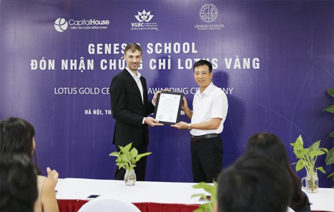 Đại diện Hội đồng Công trình xanh Việt Nam (VGBC) trao  chứng chỉ xanh Lotus hạng vàng cho Trường Mầm non và Tiểu học Genesis.