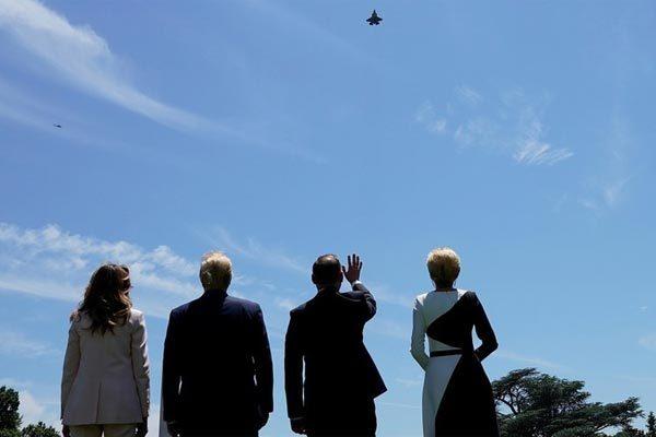 Vợ chồng Tổng thống Mỹ Trump (trái) cùng vợ chồng người đồng cấp Ba Lan chiêm ngưỡng màn phô diễn của F-35 phía bên ngoài Nhà Trắng ngày 12/6. Ảnh: Reuters.
