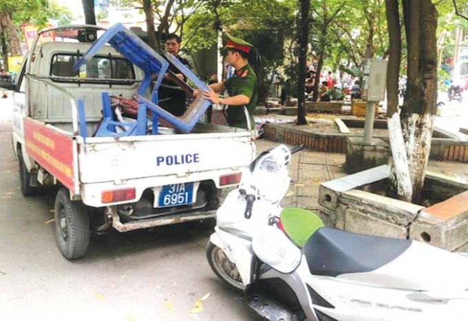 Công an phường Định Công xử lý vi phạm trên phố Trần Điền.