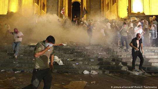Ít nhất 240 người biểu tình chống Nga đã bị thương sau các cuộc đụng độ dữ dội ở thủ đô Tbilisi – Georgia tối 21-6 (giờ địa phương). Ảnh: AP.