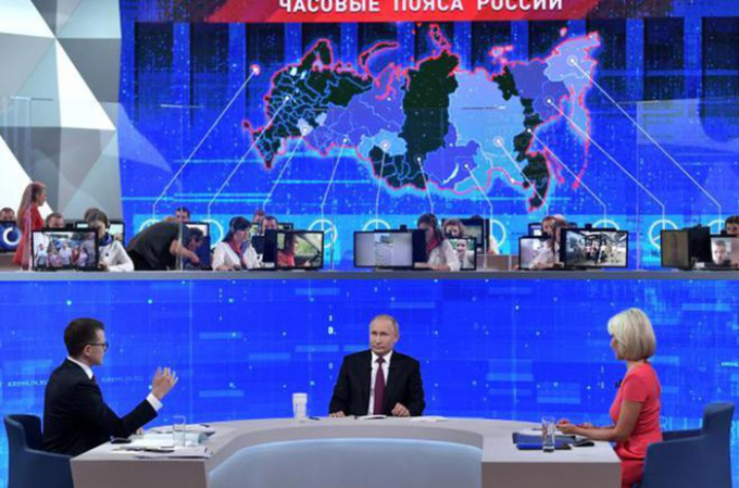 Tổng thống Putin trả lời câu hỏi trong buổi đối thoại trực tuyến. Ảnh: Reuters.