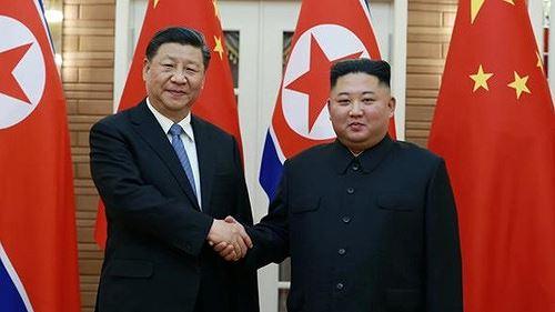 Chủ tịch Trung Quốc Tập Cận Bình bắt tay lãnh đạo Triều Tiên Kim Jong-un tại Bình Nhưỡng hôm 20/6. Ảnh: KCNA/VnE.
