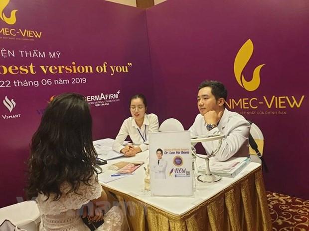Bác sỹ Lee Hoo Bin tư vấn về làm đẹp cho người tham gia tại ngày hội. (Ảnh: PV/Vietnam+).