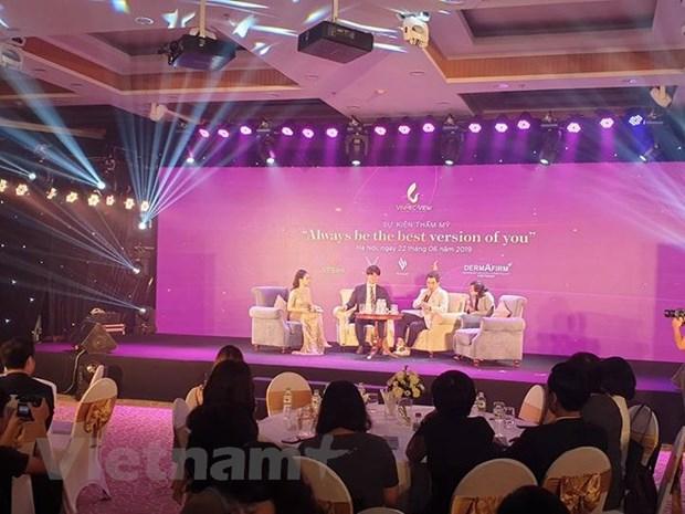 Các chuyên gia phẫu thuật thẩm mỹ hàng đầu của Hàn Quốc chia sẻ tại toạ đàm. (Ảnh: PV/Vietnam+).