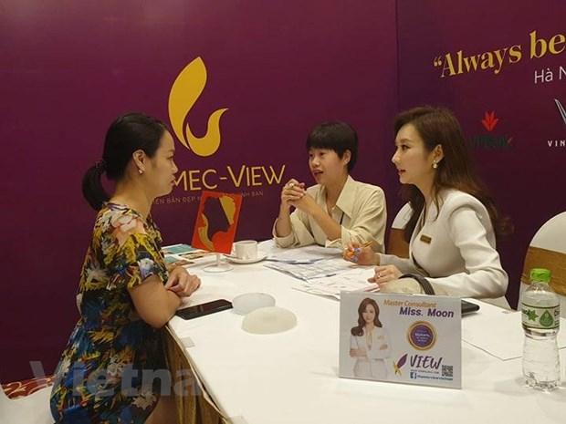 Các chuyên gia làm đẹp của Hàn Quốc tư vấn về làm đẹp tại Ngày hội. (Ảnh: PV/Vietnam+).