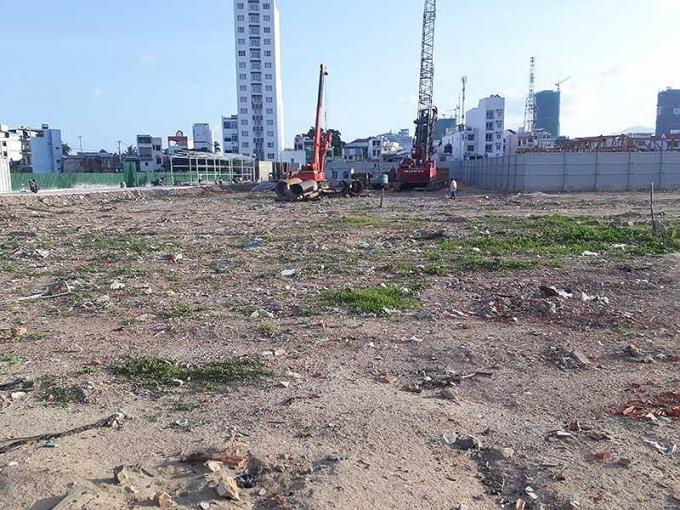 Dự án khu dân cư cồn Tân Lập (phường Xương Huân, TP Nha Trang) chưa hoàn thành giải phóng mặt bằng, để cỏ mọc um tùm, rác thải đổ khắp nơi. Ảnh: TẤN LỘC.