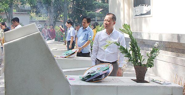 Tổng biên tập Đào Văn Hội cùng các phóng viên, cán bộ dâng lễ lên phần mộ 10 nữ thanh niên xung phong.