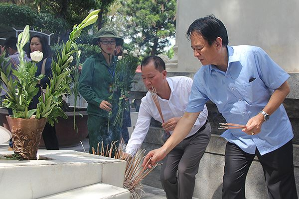 Tổng biên tập Đào Văn Hội và Phó Tổng biên tập Đặng Ngọc Luyến dâng hương tại phần mộ các chị.
