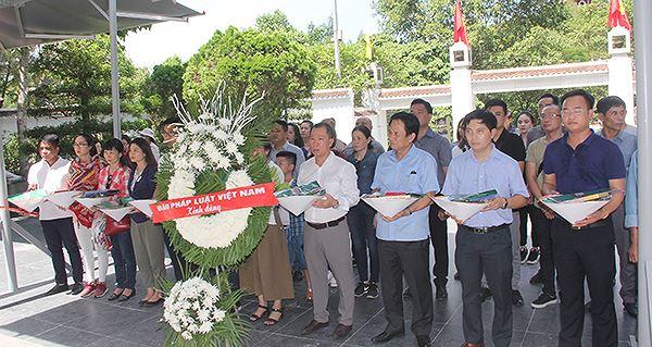 Đoàn chuẩn bị dâng lễ lên phần mộ 10 nữ thanh niên xung phong tại Ngã ba Đồng Lộc.