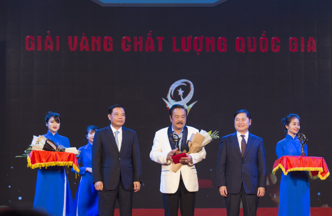 Bộ trưởng Bộ Nông nghiệp và Phát triển nông thôn Nguyễn Xuân Cường trao Giải Vàng Chất lượng Quốc gia cho Tiến sĩ Trần Quí Thanh, CEO Tập đoàn Tân Hiệp Phát.
