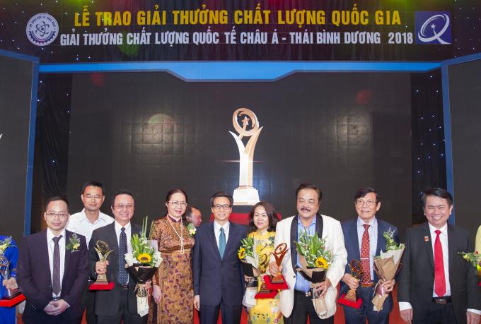 Tiến sĩ Trần Quí Thanh và đại diện các doanh nghiệp chụp hình kỷ niệm cùng Phó Thủ Tướng Vũ Đức Đam.