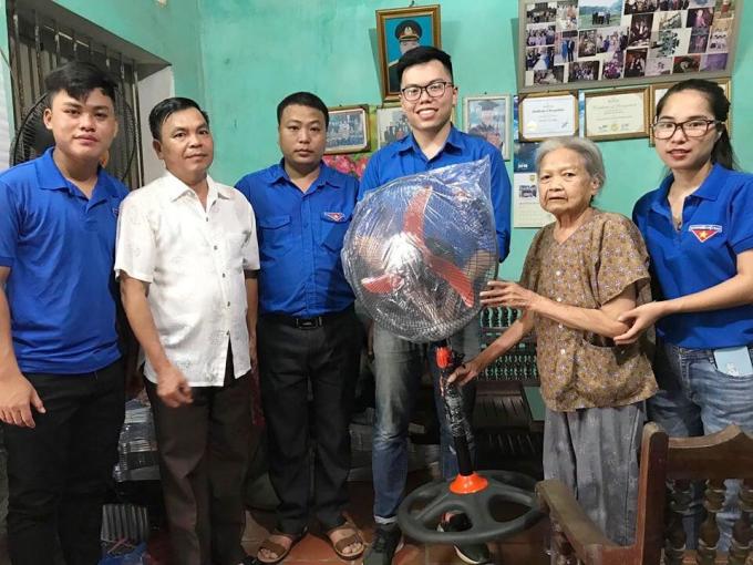 Đoàn tình nguyện trường Đại học Văn Hóa Hà Nội đến thăm hỏi, động viên các gia đình chính sách, gia đình có công với cách mạng huyện Chi Lăng.