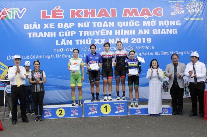 Vũ Phương Thanh - đại sứ thương hiệu nhãn hàng Number 1 cùng BTC trao giải cho các tay đua ở chặng đầu tiên.