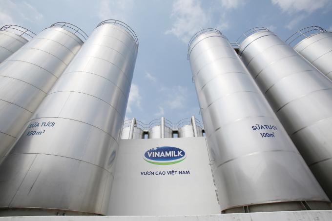 Hệ thống bồn chứa sữa tươi nguyên liệu khổng lồ tại siêu nhà máy sữa Việt Nam của Vinamilk tại Bình Dương.