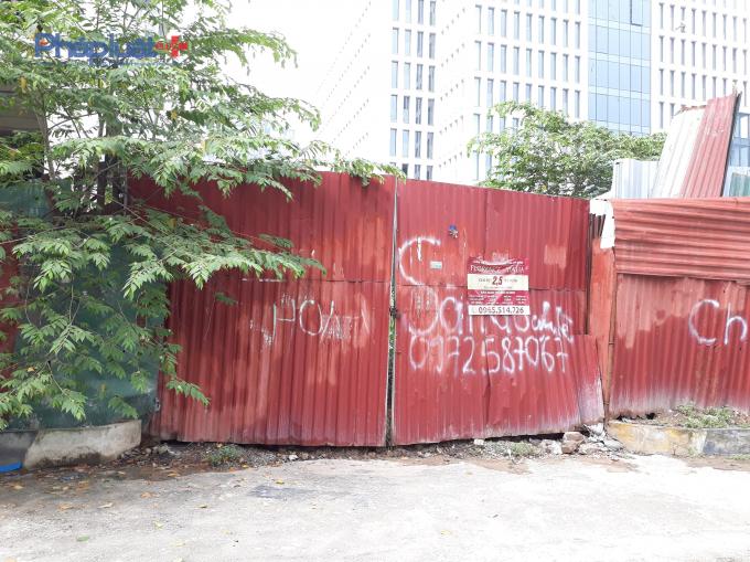 Cổng dự án tại đường Duy Tân luôn khóa chặt.