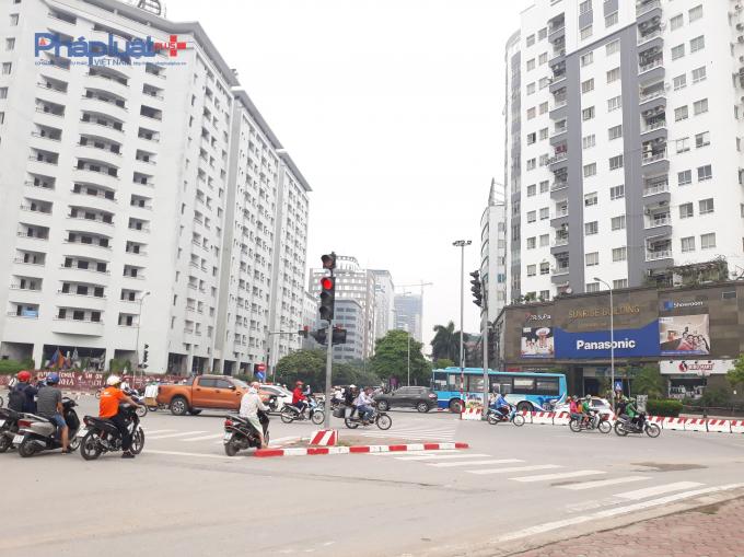 Cùng nằm trên một con đường nhưng hai tòa nhà có