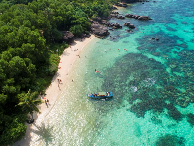 Hòn đảo này quanh năm nắng ấm, bốn mùa thời tiết đều trong lành.