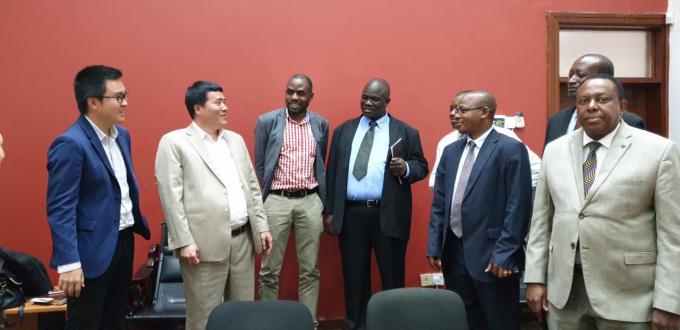 Đại diện lãnh đạo Chính phủ Tanzania và đại điện Tập đoàn T&T Group chia sẻ niềm vui sau khi hợp đồng được ký kết.