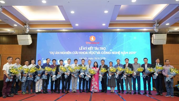 Lãnh đạo Tập đoàn Vingroup tặng hoa và chụp ảnh lưu niệm cùng đại diện các Tổ chức chủ trì dự án.