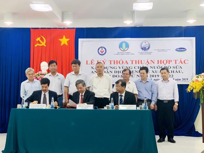 Lãnh đạo Cục Thú y, Sở NN&PTNT tỉnh Tây Ninh và Công ty Vinamilk ký kết thỏa thuận hợp tác xây dựng vùng chăn nuôi bò sữa an toàn dịch bệnh (giai đoạn 2019 – 2022).