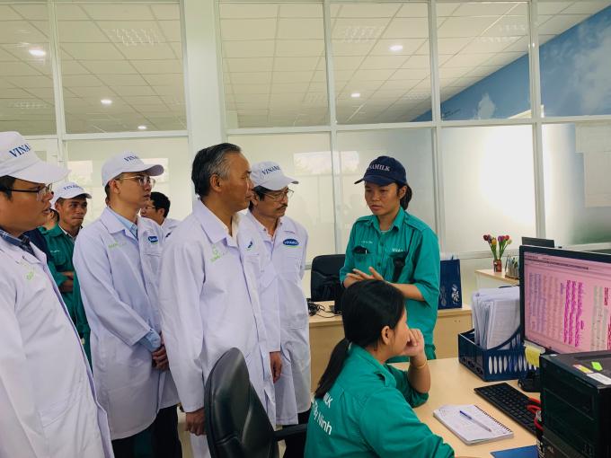 Thứ trưởng Bộ NN & PTNT Phùng Đức Tiến trao đổi với nhân viên tại phòng điều khiển về các hệ thống phần mềm quản lý trang trại..