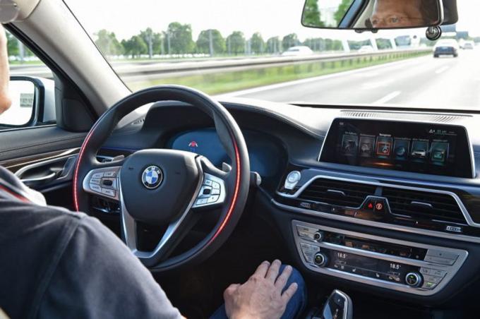 Công nghệ xe tự hành hiện đang là xu thế trong ngành sản xuất ô tô. Nguồn: Carscoops.