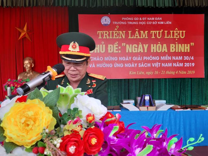 Đại tá Nguyễn Huy Hướng- Chủ tịch Hội CCB huyện Nam Đàn đang ôn lại chiến thắng Miền Nam 30/4/1975