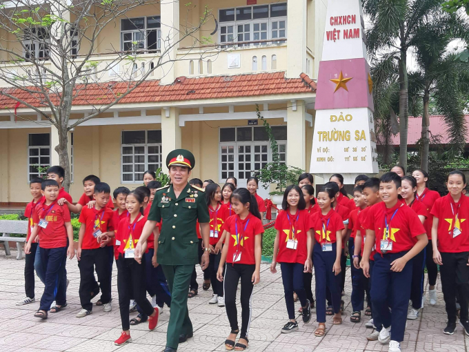 Các em học sinh hào hứng tham gia buổi ôn lại chiến thắng miền Nam 30/4.