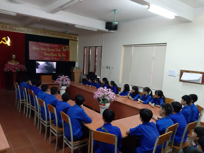 Đoàn viên thanh niên của trường cũng tham gia vào buổi lễ một cách tiết thực, nghiêm túc.