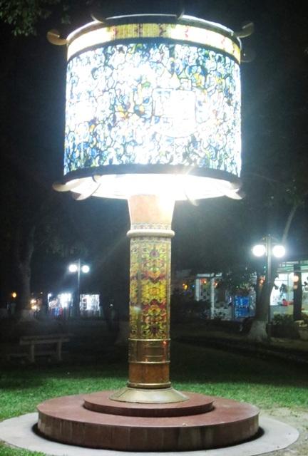 Đôi đèn pháp lam kỷ lục do Th.s Đỗ Hữu Triết và Công ty TNHH Thái Hưng thực hiện. Đây là một trong hai đèn tại tại công viên Tứ Tượng, Thành phố Huế. Ảnh Thanh Nhàn