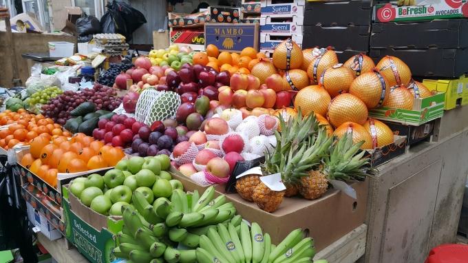 Một trong những gian hàng bán trái cây để bày mâm ngũ quả tại chợ Xa-đô-vốt (người Việt thường gọi chợ này là chợ Chim). Ảnh: Tiến Hào