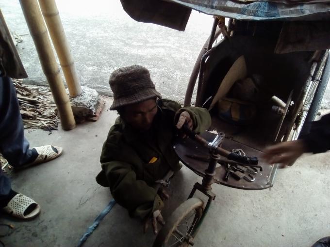 Chiếc xe tự chế cũ kỹ là người bạn đồng hành của cụ Ba hàng ngày.