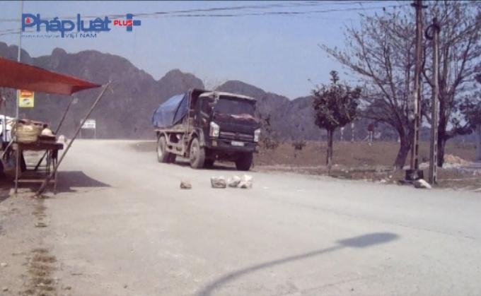 Người dân dùng đá chặn để hạn chế tốc độ của đoàn xe tải.