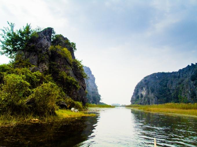Vân Long là một vùng đất ngập nước rộng đến 3.500ha, vớinhững khối núi đá vôi mang hình dáng đốc đáo,như núi Mèo Cào, núi Mâm Xôi, núi Hòm Sách, núi Đá Bàn, núi Nghiên, núi Mồ Côi, núi Cô Tiên…