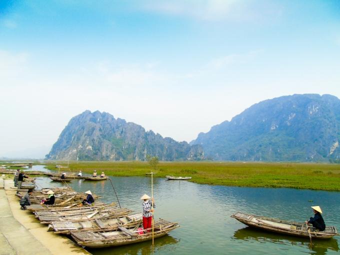 Du khách về Vân Long để được đắm mình trong cảnh không gian non xanh nước biếc.
