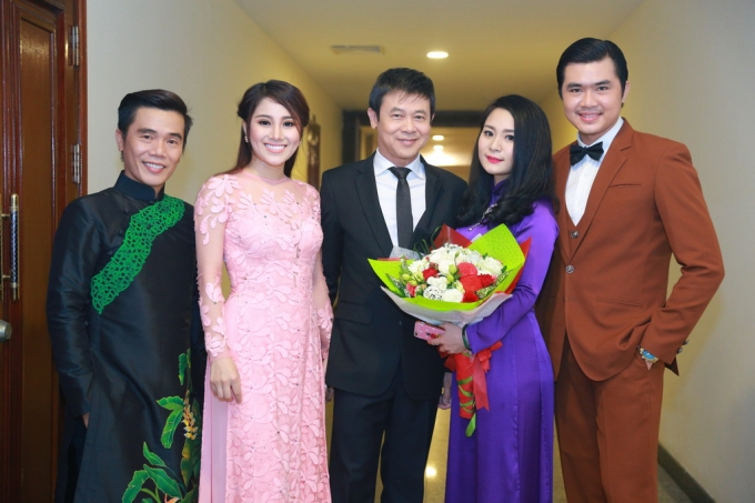 Dàn ca sĩ Solo cùng Bolero chụp ảnh cùng ca sĩ Thái Châu.