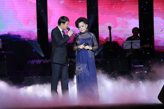 Ca sĩ Thái Châu song ca cùng nữ ca sĩ Giao Linh.