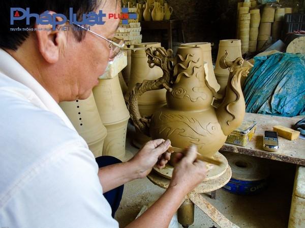 """Theo Nghệ nhân Lại Văn Tiến người đã có hơn 40 năm gắn bó với nghề gốm truyền thống của làng tâm sự: """" Nếu nung bằng công nghệ cổ truyền bằng than hoặc củi thì thời gian sản phẩm ở trong lò phải mất 15 ngày mới có thể lấy thành phẩm ra sử dụng được. Với hàng gốm mỹ nghệ, đất sét phải phơi khô rồi cho nước vào khuấy đều, sau đó tinh lọc các tạp chất, cô đặc lại rồi đổ vào khuôn hoặc in dát trên máy, sau đó cắt gọt, đánh bóng vào son, vẽ men và cuối cùng là đưa vào lò nung."""