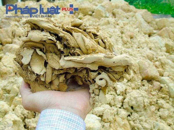 Để có những sản phẩm chất lượng và đặc trưng riêng của làng gốm Quyết Thành, loại đất sử dụng để làm gốm phải là loại đất sét vàng, mịn, dẻo mà chỉ riêng nơi đây mới có.