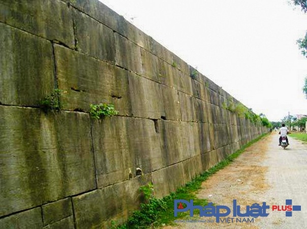 Toàn bộ tường thành và bốn cổng chính được xây dựng bằng những phiến đá xanh, đục đẽo tinh xảo, vuông vức, xếp chồng khít lên nhau. Các phiến đá có chiều dài trung bình 1,5m, dày 1m, nặng khoảng từ 15 đến 20 tấn.( Ảnh: Lê Hoàng)