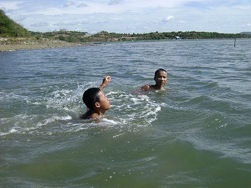 Hè đến, nhiều trẻ em đi tắm sông, tắm biển không có người lớn giám sát.(Nguồn: Internet)