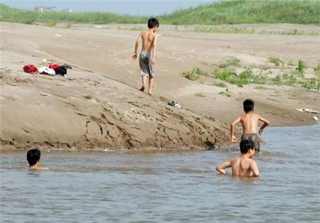 Trẻ em ở nông thông tắm tại tại các ao hồ. (Nguồn: internet)