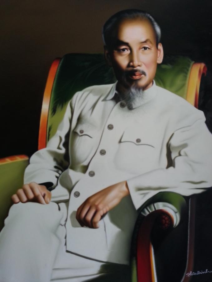 Bức tranh Hồ Chủ tịchmặc bộ quần áo kaki, ngồi trên ghế sofa được họa sĩ Hòa Bình vẽ lạinhiều nhất.