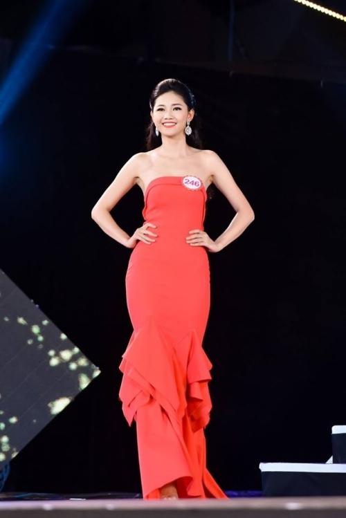 Sang phần thi dạ hội, người đẹp chọn một bộ váy không đính kết cầu kỳ nhưng giúp cô khoe được lợi thế về thân hình đồng hồ cát.