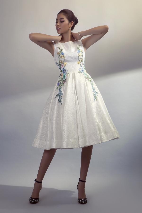 Hoa thêu 3D được sắp xếp đối xứng tạo chất cảm cao cấp và quý phái cho một thiết kế váy xòe khá đơn giản .