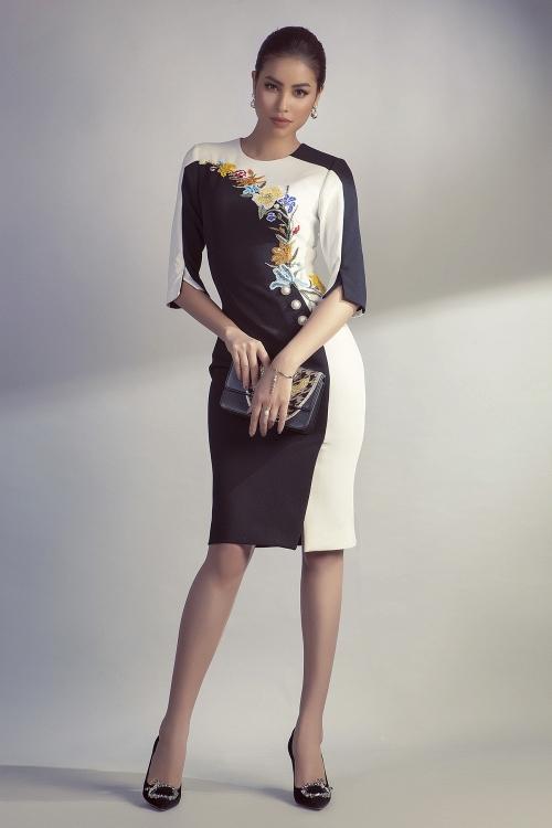 Trên nền tảng chiếc váy bút chì quen thuộc, NTK đặt những mảng màu đen - trắng tương phản với kĩ thuật cắt ráp vải điêu luyện, tạo thành đường cong uốn lượn hút mắt, điểm xuyết thêm những bông hoa làm cho chiếc váy trở nên thanh lịch, dịu dàng..