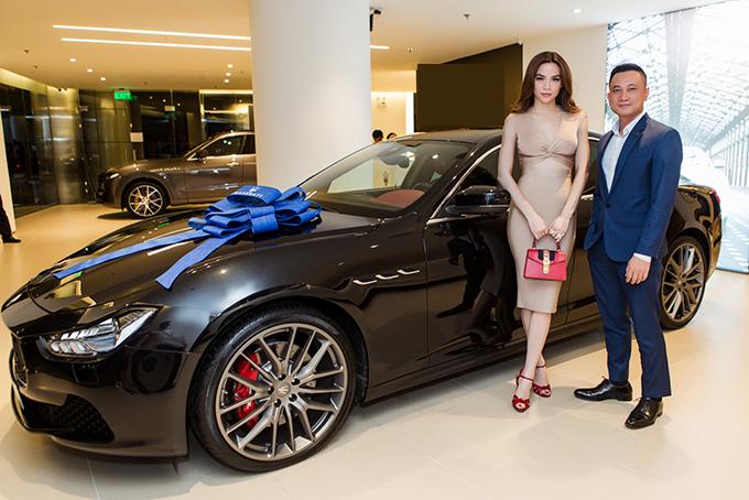 Chiều 2/10, Hồ Ngọc Hà có mặt tại showroom của hãng Maserati Italy để nhận chiếc xe mới.Ảnh:Thành Luân