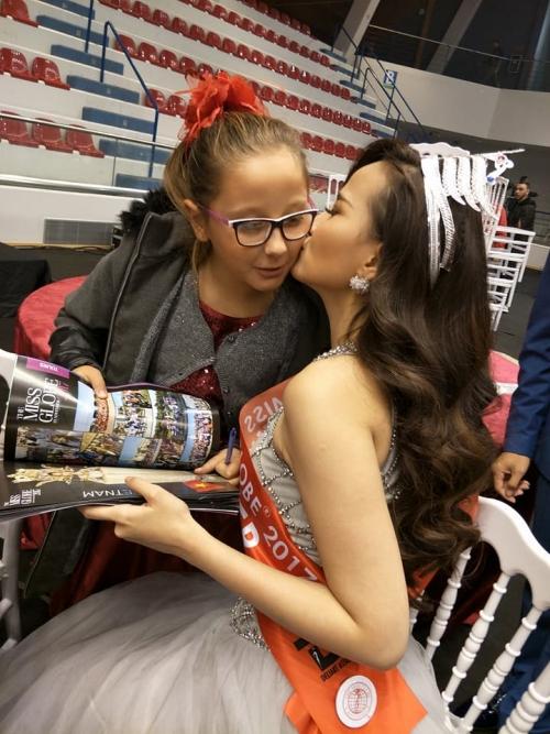 Khánh Ngân vui vẻ dành một nụ hôn cho fan nhí. Ảnh: Johnny Trần.