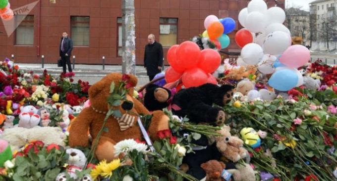 Tổng thống Putin tại nơi tưởng niệm trước nơi xảy ra vụ cháy - do người dân tự lập ra. (Ảnh: Sưu tầm)